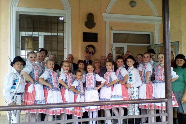 Účastníci slávnostného aktu osadenia tabule Ľudovítovi Štúrovi v obci Storožnica.