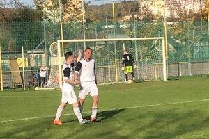 Roman Jurko (vpravo) prijíma gratuláciu spoluhráča po štvrtom  góle do siete Cejkova.