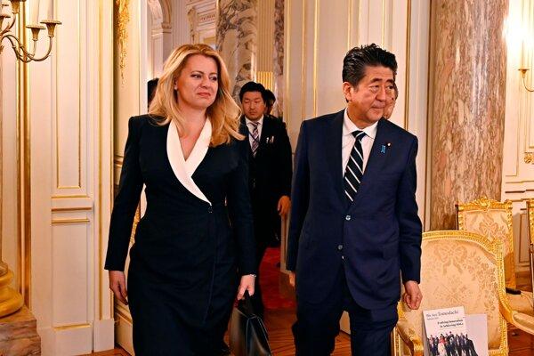 Prezidentka Zuzana Čaputová počas stretnutia s japonským premiérom Šinzóom Abem v paláci Akasaka v Tokiu.