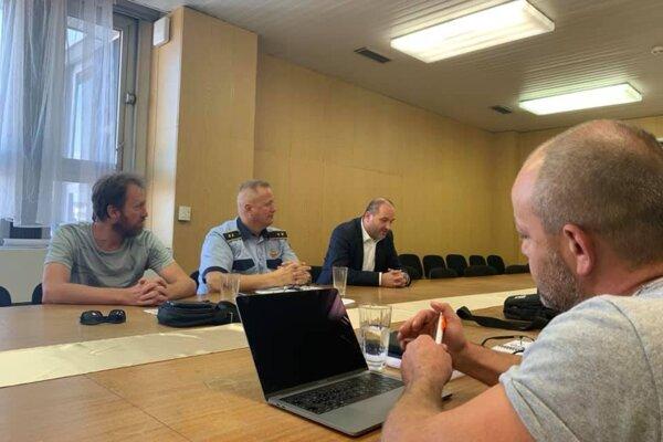Fotografia z rokovania Rady primátora pre ochranu zvierat, na ktorej sa riešila aj možnosť vytvoriť karanténnu stanicu v unimobunkách.