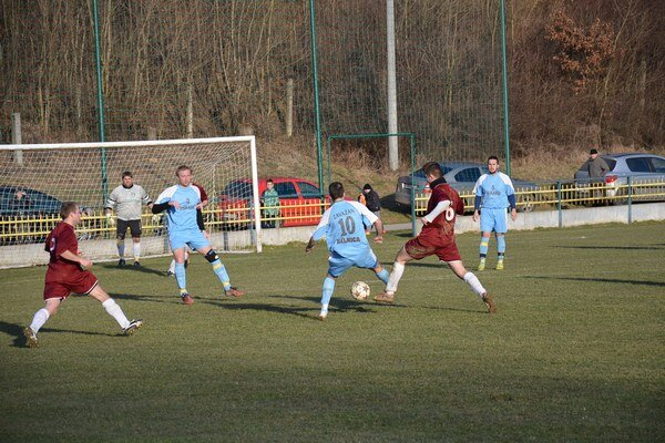 Kálnica (v modrom) porazila Hrádok o gól.
