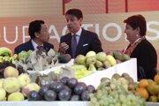 Taliansky premiér Giuseppe Conte (uprostred) a generálny riaditeľ Organizácie pre výživu a poľnohospodárstvo OSN (FAO) Čchu Tonk-jü z Číny sa rozprávajú počas Svetového dňa potravín a 74. výročia založenia FAO 16. októbra 2019 v Ríme.