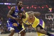 LeBron James (vpravo) a Kawhi Leonard v úvodnom zápase sezóny NBA 2019/2020 Los Angeles Clippers - Los Angeles Lakers.