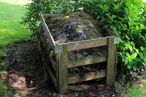 V prípade bioplastov treba brať do úvahy fakt, že nie všetky bioplasty sú rozložiteľné v domácom komposte. Väčšina bioplastov sa rozloží len v priemyselných kompostéroch.