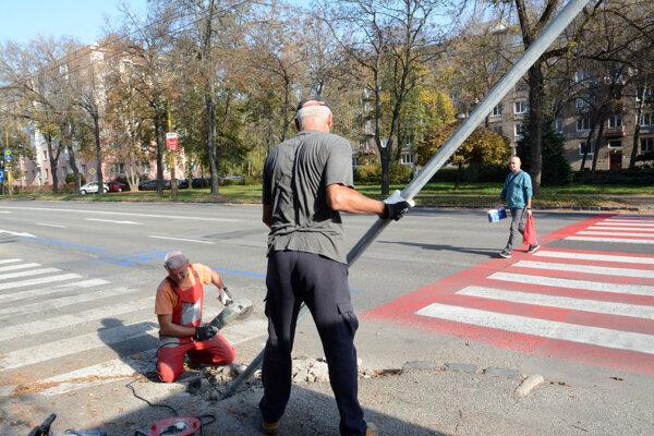 """""""Cimrmanovský"""" stĺpik dalo mesto po niekoľkých dňoch radšej odstrániť."""