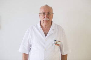 Profesor Juraj Šteňo je jeden z najuznávanejších neurochirurgov na Slovensku. Donedávna bol hlavným odborníkom ministerstva zdravotníctva pre neurochirurgiu. Je dekanom Lekáskej fakulty UK.