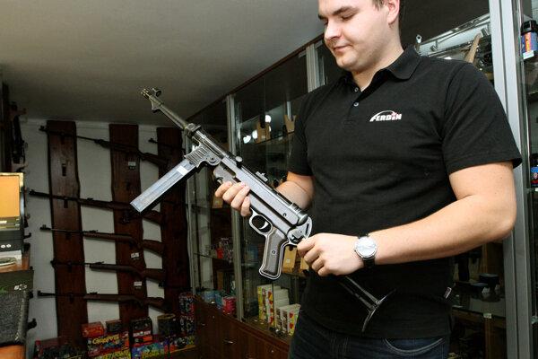 Zločinci na kúpu zbraní vyhľadávajú aj slovenskú firmu AFG.