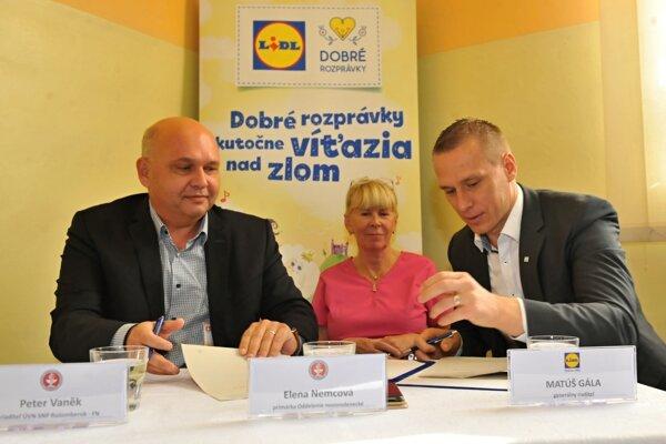 Zľava - Peter Vanek, riaditeľ nemocnice, Elena Nemcová, primárka novorodeneckého oddelenia, Matúš Gala, generálny riaditeľ Lidl SR