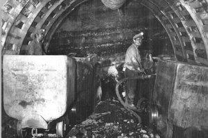 Vozíky dovážajú krazičom materiál na vystužovanie chodieb, odvážajú odstrelenú horninu. Vpredu je nakladač poháňaný stlačeným vzduchom, iné pohonné hmoty vbani neprichádzali do úvahy.