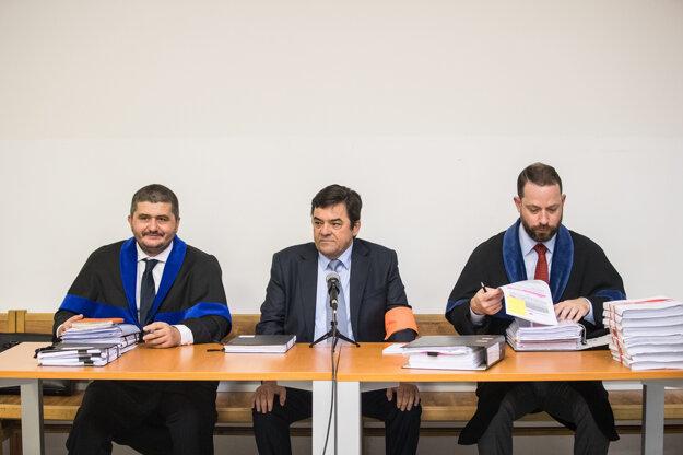 Marian Kočner (v strede) s obhajcami.
