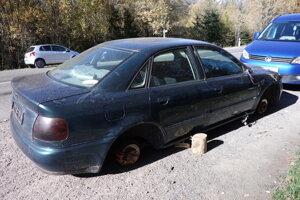 Audi postupne rozoberajú. Súca je do odpadu.