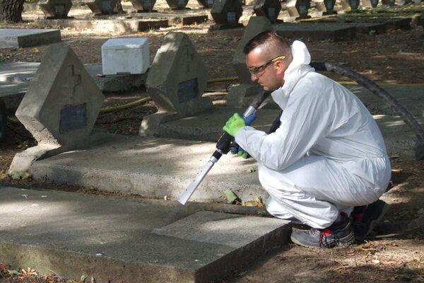 Hroby na vojenskom cintoríne čistí Jiří Ptáček suchým ľadom.