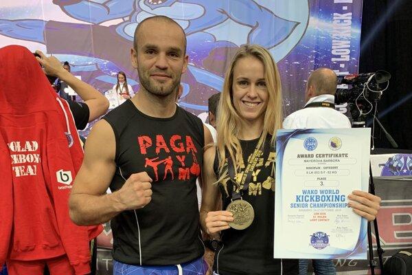 Barbora Mayerová pózuje s bronzovou medailou.