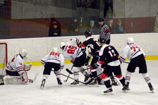Pov. Bystrica (v bielom) hrala doma proti prvému tímu Capitals Bratislava.