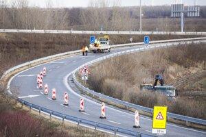Dopravné obmedzenia na diaľničnej križovatke Jarovce v Bratislave 14. januára 2019.