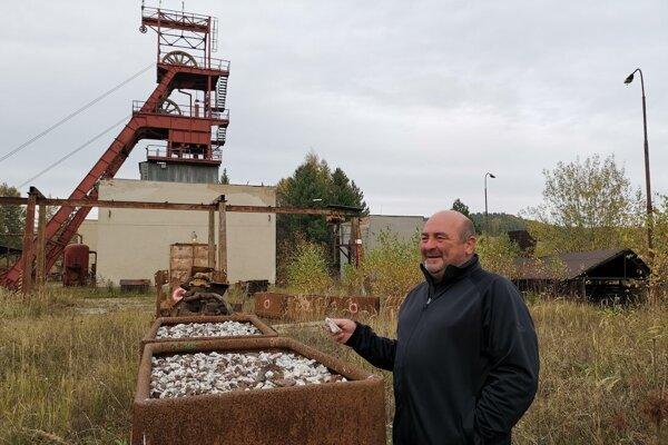 Posledný vyťažený baryt v poráčskej bani. Na snímke starosta Poráča Peter Volčko.