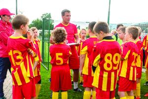 V Rosine učí Radoslav Zabavník futbalovému umeniu deti vkategórii prípravky.