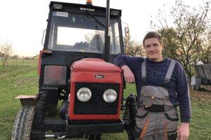 Obyvateľ obce Abranovce Radovan Rajna pri svojom traktore.