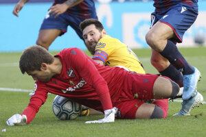 Lionel Messi v súboji počas zápasu proti Levante.