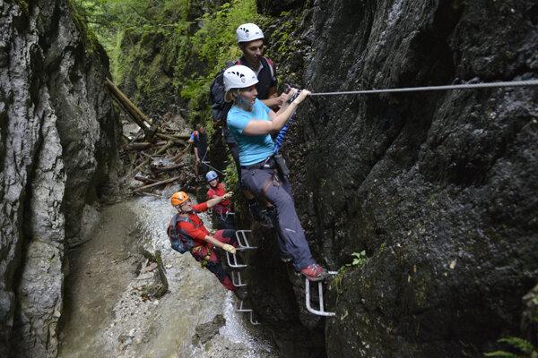 Turisti vo ferrate Kyseľ. Tú nepovažujú autori zámerov za klasickú cestu typu via ferrata.