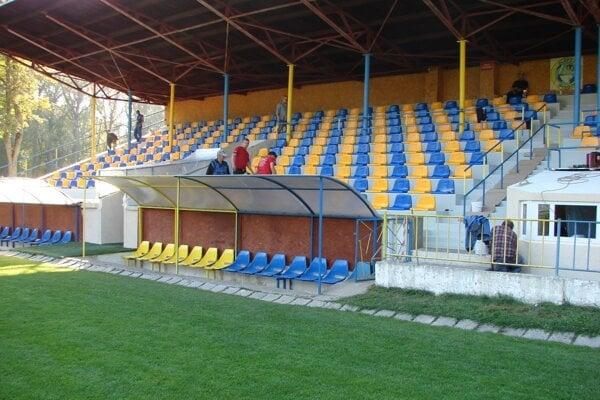 Obnovená tribúna štadióna v Trebišove.
