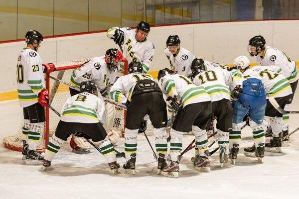 Hokejisti Pucova viedli nad lídrom súťaže po dvoch tretinách 2:1.