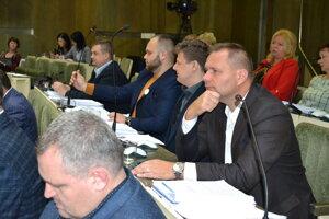 Poslanec Branislav Čekovský (vpravo) je už bez členstva v klube Spájame sa pre Humenné.
