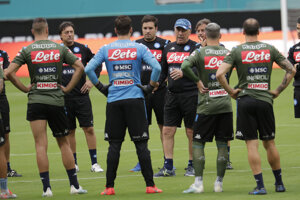 Carlo Ancelotti v šiltovke vedie tréning tímu SSC Beapol.