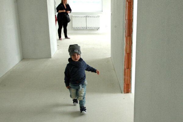 O 43 nových mestských bytov majú záujem stovky Novozámčanov.