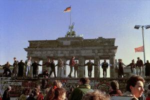 Múr rozdeľoval mesto v dĺžke 45 kilometrov a v dĺžke 120 kilometrov sa tiahol medzi Západným Berlínom a Brandenburskom.