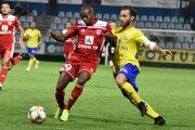 Michalovciam bude v Senici kvôli zraneniu chýbať ofenzívny ťahúň Dimitrios Popovits (vpravo).
