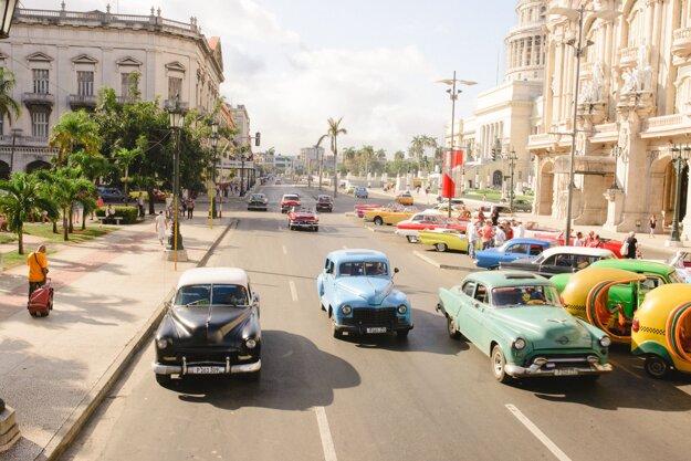 Staré autá sú v Havane bežná súčasť dopravy