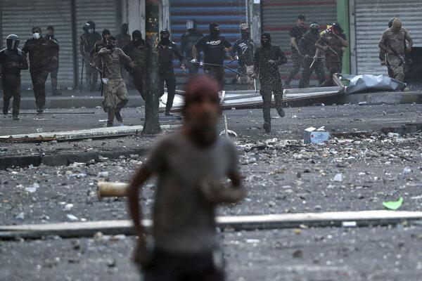 Iracké bezpečnostné sily zasahujú proti demonštrantom v Bagdade 10. novembra 2019.
