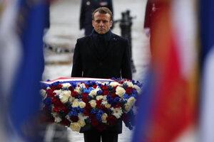 Francúzsky prezident Emmanuel Macron položil veniec kvetov k Hrobu neznámeho vojaka pod Víťazným oblúkom.
