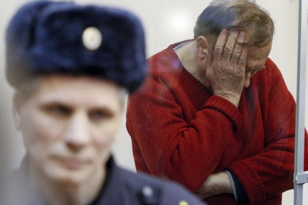 Oleg Sokolov (vpravo) pred začiatkom súdneho pojednávania v Petrohrade.