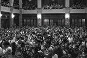 Zhromaždenie študentov v aule FF Uk v Bratislave v novembri 1989. Chceli slobodne povedať svoj názor. Dnešným študentom sa zdá nepochopiteľné, že sa to nemohlo.