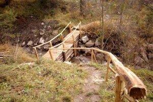 Mesto obnovilo aj drevenú lavičku, premosťujúcu potok.