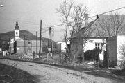 Mochovčanov vysťahovali, vedľa kostola uložili stavebné bunky. Elektráreň sa mohla začať stavať.