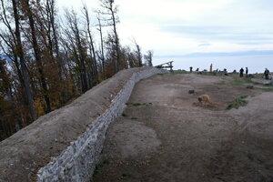 Obnovená západná hradba Dolného hradu od kráľovskej veže.