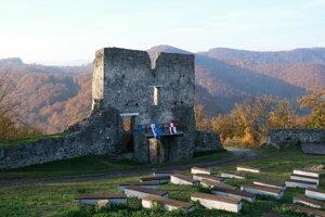 Hlavná vstupná brána Horného hradu.