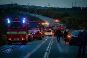 Záchranári a hasiči na mieste nehody.
