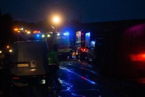 Na zlatomoraveckej ceste narazilo nákladné auto do autobusu.