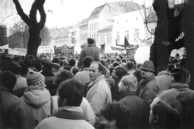 """Prvý verejný občiansky míting sa konal v Košiciach v piatok 24. novembra 1989 pred Štátnou vedeckou knižnicou. """"V ovzduší bolo cítiť odhodlanie, ale aj napätie zároveň. Neznámi ľudia sa navzájom povzbudzovali, dodávali si odvahu, ale často sa aj v obave obzerali okolo seba. V tej chvíli nikto nemohol tušiť, ako sa bezpečnostné a silové zložky režimu zachovajú. Fotografie som zhotovil malým ruským fotoaparátom Smena, ktorý som ukrýval v rukáve,"""