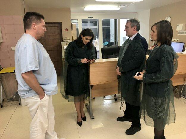 Novozámockú nemocnicu včera navštívila aj ministerka zdravotníctva Andrea Kalavská.