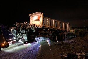 Odťahová služba počas odstraňovania pozostatkov autobusu a nákladného auta z miesta tragickej nehody na zlatomoraveckej ceste pri obci Malanta za účelom znaleckého skúmania.