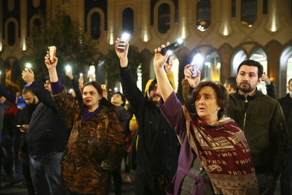 Stovky demonštrantov sa zhromaždili pred budovou gruzínskeho parlamentu v Tbilisi.