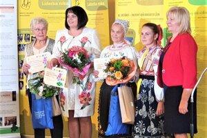 Ocenené ženy, Viera Kršková z Rakova (vľavo).