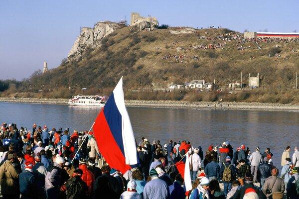 Tisícky občanov sa zhromaždili na druhej strane Dunaja oproti Devínu pri mestečku Hainburg, 10. december 1989.