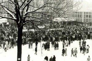November 1989 na Ulici M. Madačova. Prvé zhromaždenie ružomberskej verejnosti sa konalo pri vtedajšom Čedoku.