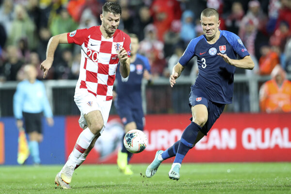 Bruno Petkovič (vľavo) a Denis Vavro počas kvalifikačného zápasu E-skupiny EURO 2020 Chorvátsko - Slovensko.